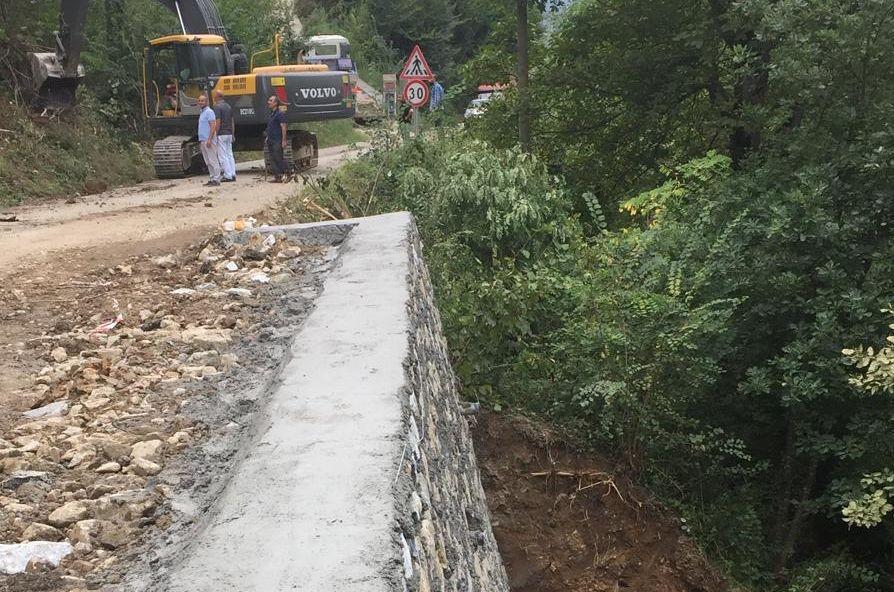 Köyün Gişindeki Yolun Altına Duvar Yapıldı